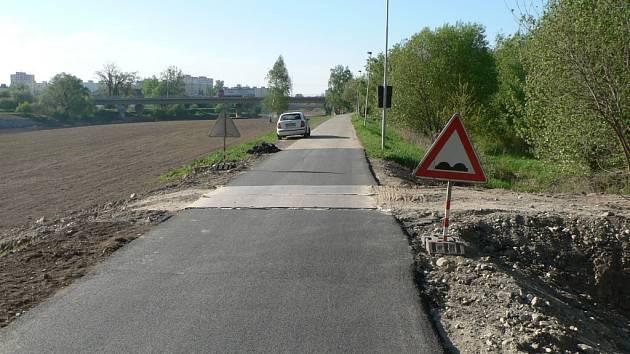 Na již opravený úsek stezky naváže nový asfalt ve směru k centru Budějovic. Ilustrační foto.