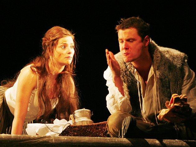 Dana Verzichová (Oráčova žena) a Ondřej Veselý (Oráč) v hlavních rolích nově nastudovaného dramatu Nože ve slepicích.
