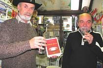 Pavel Kozák (vpravo) je autorem několika publikací o neobvyklých jevech v krajině. Společně s Turistickým a mapovým centrem v Českých Budějovicích například vydává mapy tajemných míst. S ředitelem centra Marcelem Götzem také Kozák křtil poslední knihu.