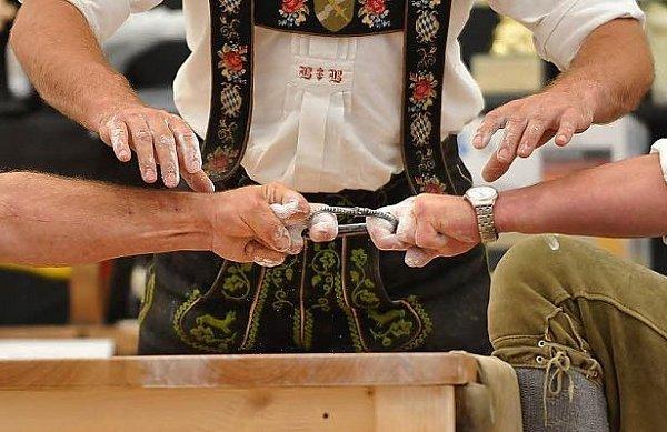 Oblíbená bavorská kratochvíle - přetahovaná.