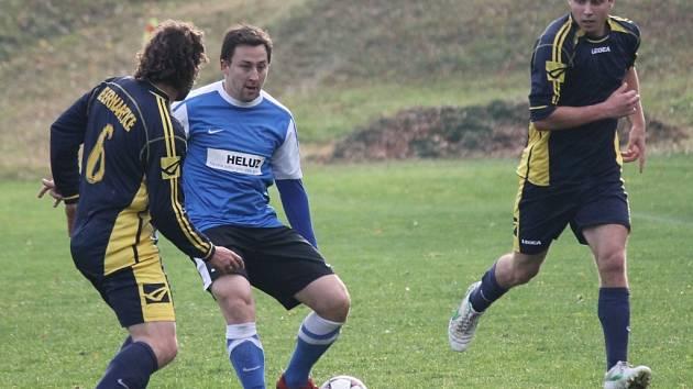 Borovany se udrží, Dolní Bukovsko ne? Na snímku u míče Mikeska (D. Bukovsko) mladší proti Bernarticím.