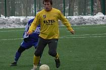 Lukáš Pulec v nedělním utkání Hlubocké zimní ligy proti Týnu (v zákrytu za ním Kášek).
