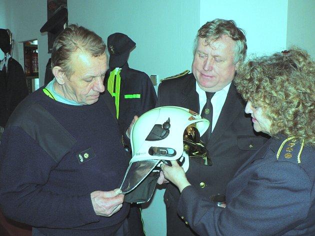 Hned dvojí kryt na oči může hasičům nabídnout moderní přilba, kterou si na snímku prohlížejí Josef Plojhar (vlevo), František Doležal a Jaroslava Boukalová, zástupci dobrovolných hasičů z Českobudějovicka, Jindřichohradecka a Strakonicka.