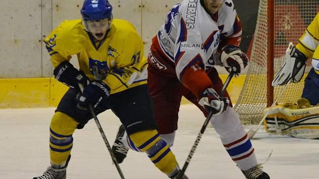 Hokejisté David servisu přišli u zeleného stolu o devět bodů a v konečné tabulce krajské ligy po základní části klesli až na 5. místo: na snímku Rudolf Suchánek (vpravo) v Písku bojuje s Koutenským.