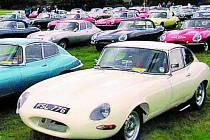 V Anglii se mnohdy sejde až tisíc aut.