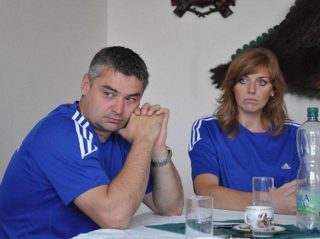 Trenér Strakonic Jiří Johanes (vlevo s Petroui Reisingerovou) věří,  že loňské páté místo se svým týmem uhájí.