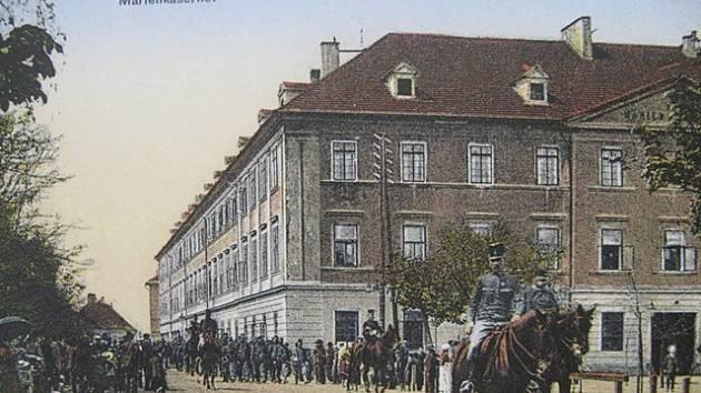 Mariánská kasárna v Českých Budějovicích zobrazuje historická pohlednice.