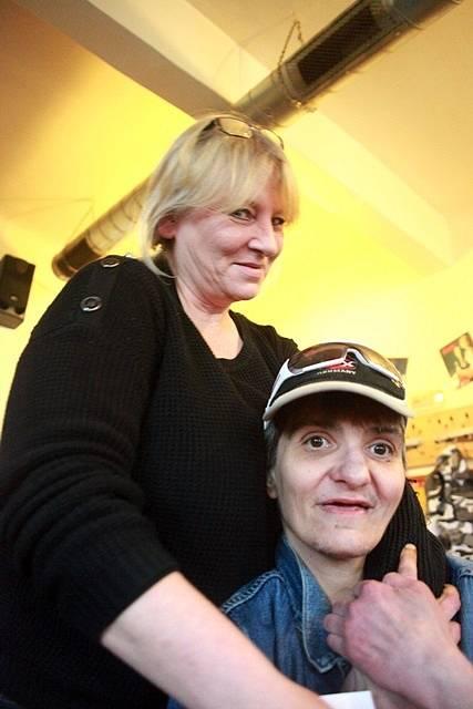 """""""Kéž by mi bylo znovu dvanáct,"""" říká Máňa. U barmanky Moniky z její domovské hospody U Čepu se cítí dobře."""