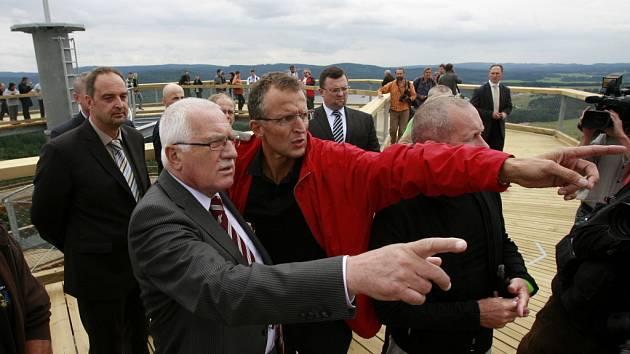 Prezident Václav Klaus slavnostně otevřel první českou stezku korunami stromů vedoucí ve špičkách vzrostlých dřevin v blízkosti lipenského jezera, odkud mohou návštěvníci pozorovat šumavskou krajinou. Unikátní trasa, která dosahuje až šestiprocentního sto