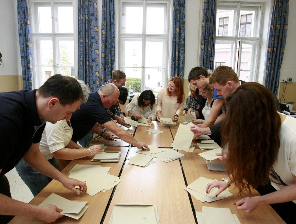 Sčítání hlasů ve volební komisi v Gymnáziu Česká v Českých Budějovicích.