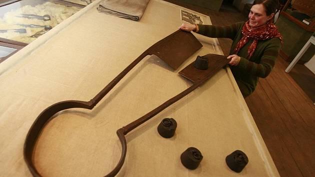 Veronika Panušková ukazuje ve volyňském muzeu přes metr velké soukenické nůžky, které patří k největším unikátům výstavy Vandroval jest soukeníček. Ta představuje kromě soukenictví i kloboučníky, barvíře a punčocháře.