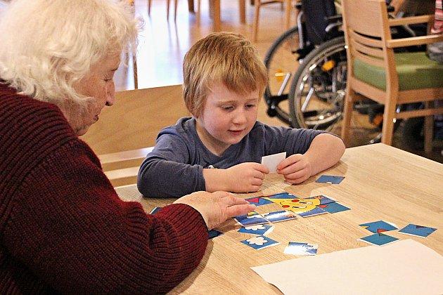 Společnost dm podpoří společné aktivity dětí a seniorů. Přihlašte se!