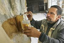 Richard Rudovský pracuje v chodbách bývalého dominikánského kláštera na Piaristickém náměstí v Českých Budějovicích.