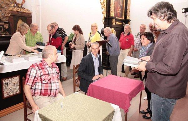 Kniha se křtila 5.září, kmotrem byl Jiří Hájíček, letošní držitel ceny Kniha roku za román Rybí krev.
