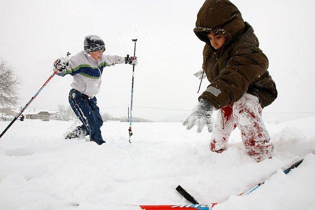 Nejmenší návštěvníci jihočeských zimních středisek mohou získat darem lyžařské helmy.