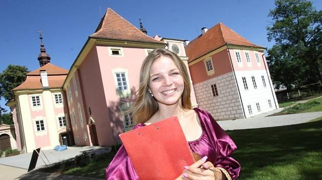 Všechny, kteří se na prohlídku zámku v Kolodějích vydají, bude navíc čekat průvodkyně Zuzana Macurová v kostýmu Marie Kinské, která na zámku dlouhá léta pobývala.