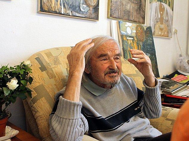 """Alfred Kindler, kterého proslavily návrhy látek i krajiny, oslavil 91. narozeniny. Dělá koláže a říká: """"Chtěl bych žít, žít a tvořit."""" Na snímku ve svém ateliéru na Včelné."""
