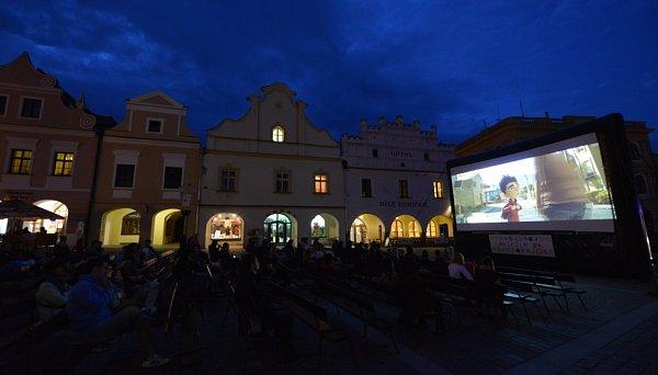 Ktradici Anifilmu patří večerní promítání na Masarykově náměstí. Publikum je odolné, vydrželo idéšť a bouřku.