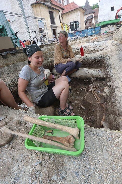Archeologové na českobudějovickém Piaristickém náměstí.
