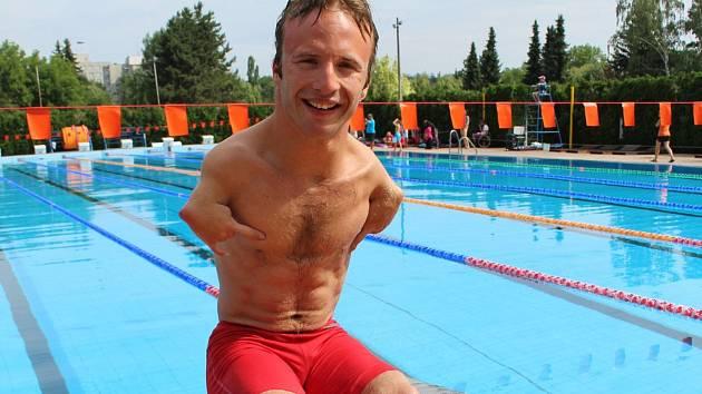 """Arnošt Petráček zaplaval na MS v Londýně 50 metrů znak za 43,48. """"S časem jsem spokojený, vzhledem ke konkurenci je skvělé i stříbro,"""" zářil."""