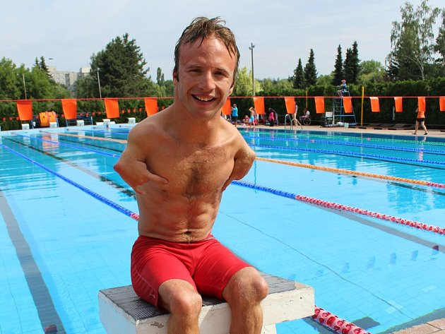 """Arnošt Petráček zaplaval na MS vLondýně 50metrů znak za 43,48. """"Sčasem jsem spokojený, vzhledem ke konkurenci je skvělé istříbro,"""" zářil."""