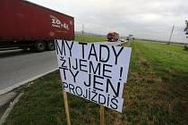 Obyvatelé obcí Češnovice a Dasný ve středu uspořádali akci na podporu stavby obchvatu, který by odvedl dopravu od jejich domů.