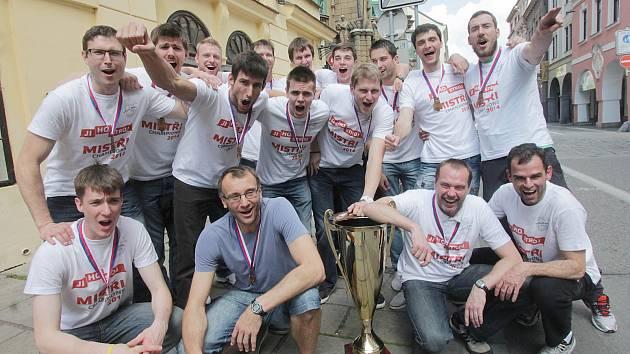 Svůj úspěch oslavili budějovičtí volejbalisté v ulicích města i restauraci Masné krámy.