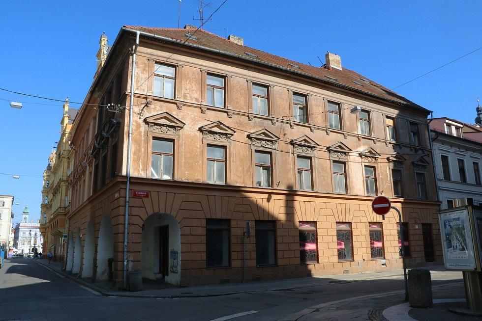 Dům na rohu ulic Kněžská a Karla IV. v centru Budějovic.