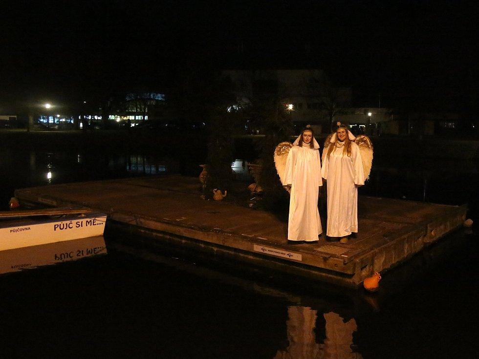 Plavba do Betléma po Malši. To je zážitek, který si o víkendu užívali ti, kteří se nalodili na Sokolském ostrově.