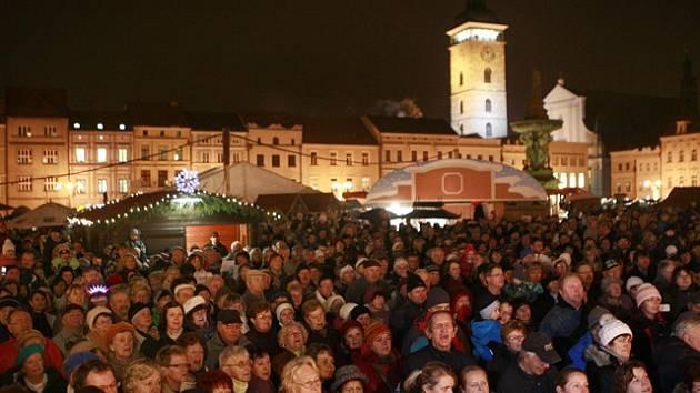 Česko zpívá koledy na českobudějovickém náměstí.