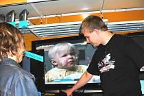 Jedním ze způsobů, jak naladit digitální vysílání, je nákup nové televizní obrazovky, která už umí přijímat právě digitální vysílání.