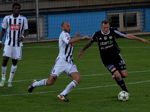 Fotbalisté Dynama mají ve II. lize o víkendu volno (na snímku z poháru s Příbramí Roman lengyel atakuje Řezníčka).