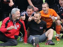 Záložník David Štojdl (vpravo dole s Janem Gažákem) začal po zranění vyklusávat a věří, že stihne podzimní sezonu.