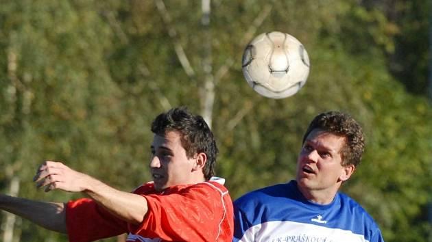 Mokré brankou v poslední minutě vyrovnalo v Týně na 2:2. Na snímku je střelec obou týnských gólů Kubíček (vlevo) v hlavičkovém souboji s Alexou.