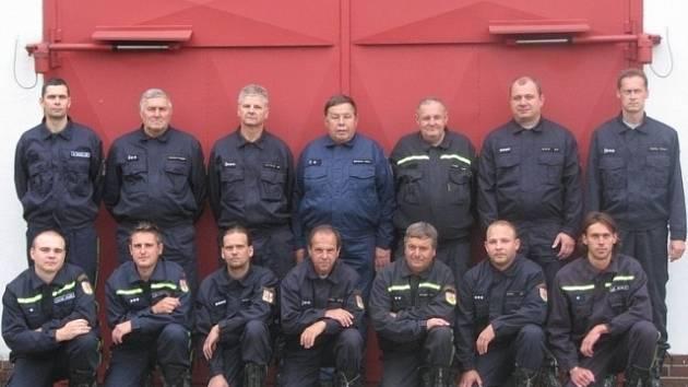 Před zbrojnicí stojící Sbor dobrovolných hasičů z Hluboké nad Vltavou.