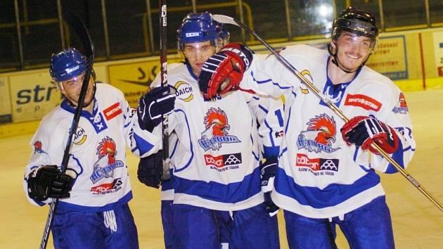 Hokejistům HC Tábor se daří nejlépe z trojlístku jihočeských týmů naplňovat předsezonní cíle.  Zleva jsou Vojtěch Mrkvička, Ladislav Hlaveš a Ondřej Liška.