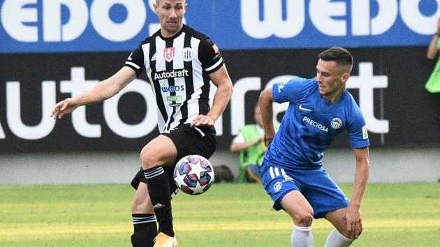 Fotbalisté Dynama bojovali ve středu v Liberci o postup do čtvrtfinále Mol Cupu (na snímku z ligového utkání Matěj Mršič v souboji s Jakubem Peškem).