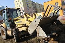 Základovou desku na stavbu obytných kontejnerů v areálu školky v ulici Karla Štěcha připravují pracovníci stavební společnosti Pradast. Skončit by měli ještě během března.