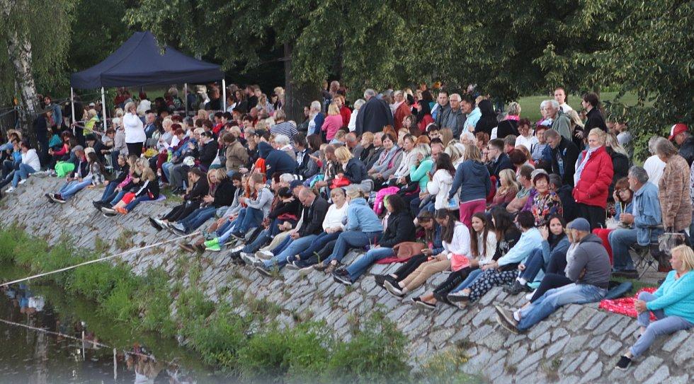 Múzy na vodě 2018 v Českých Budějovicích na řece Malši zahájili v neděli 1. července Lubomír Brabec a Daniel Hůlka.