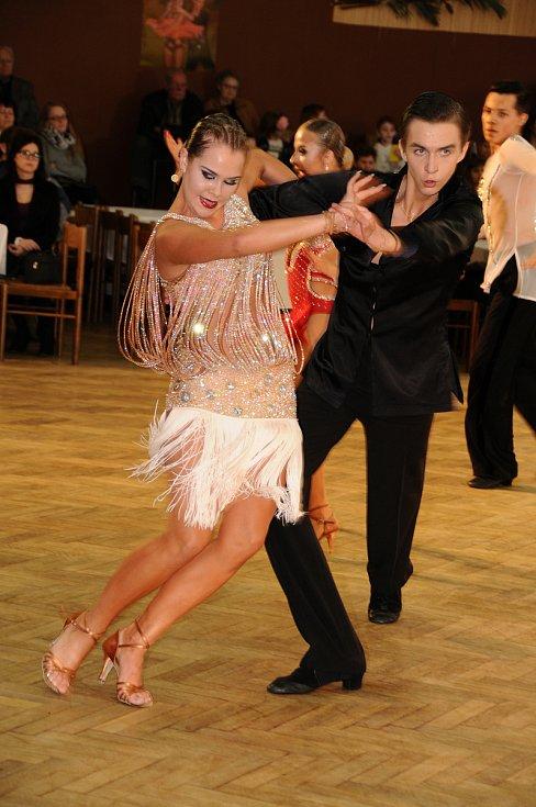 Ladné pohyby tanečníků obdivovali v sobotu Novohradští v sále hotelu Máj. Po roční pauze se sem vrátila soutěž Novohradská číše, jež má už čtyřicetiletou tradici.