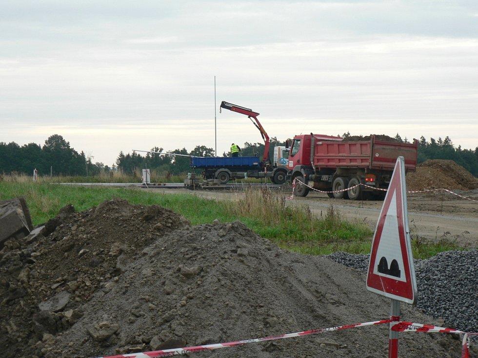 Obchvat u Strážkovic a most u Trocnova už se zřetelně rýsují. Obě investice vznikají v režii Jihočeského kraje. Na snímku vznikající obchvat Strážkovic.