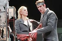 """""""To tvoje věčné dobro, Iokasto, mě sžírá odedávna!"""" křičí v jedné ze scén Oidipus. Emoce na dřeň jdou z herců v inscenaci Jihočeského divadla. Hlavní pár ztvárnili Věra Hlaváčková a Jan Hušek."""