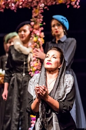 Ruská dramatická sopranistka Olga Romanko hostuje vJihočeském divadle. Zpívá roli Santuzzy vopeře Sedlák kavalír.