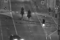 Muži na koních se projížděli o půlnoci centrem města.