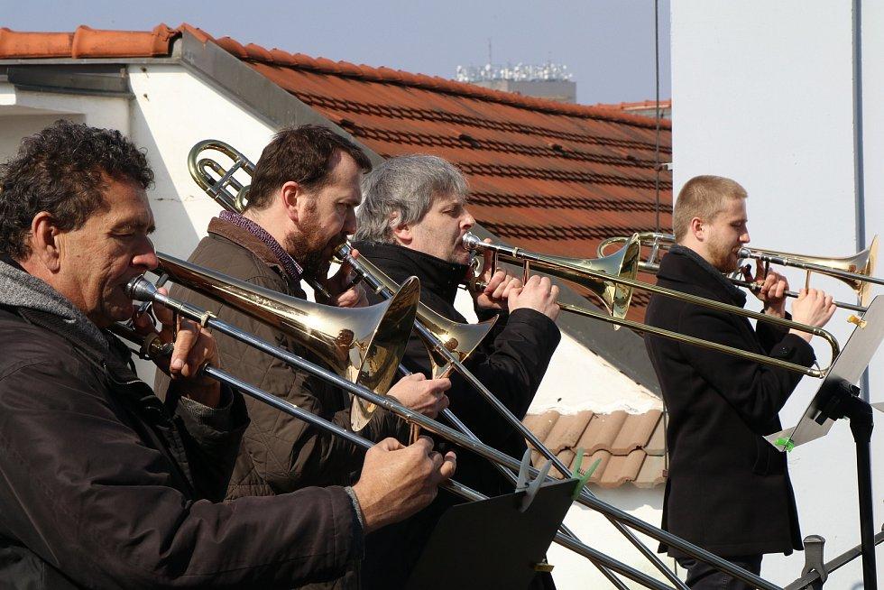 Trubači orchestru opery Jihočeského divadla opět hráli ze střechy českobudějovické radnice.