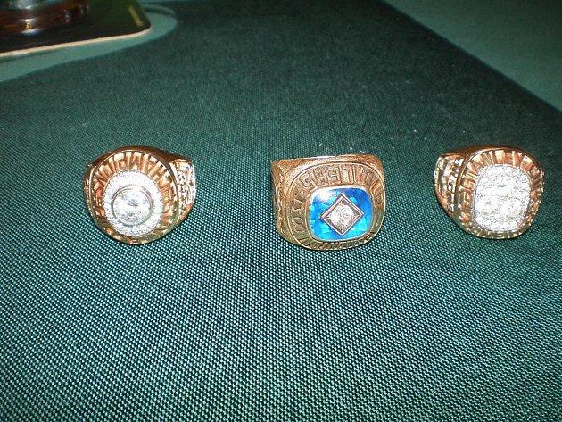 Jaroslav Pouzar ukázal kamarádům prsteny za vítězství ve Stanley cupu