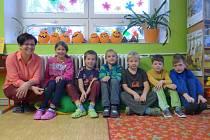 Prvňáci ze Zahájí. Na fotce jsou s třídní učitelkou Miloslavou Lafatovou zleva Natálie Marušková, Marek Pek, Šimon Vlasák, Petr Maruška, Radek Pileček a Adam Krejčíček.