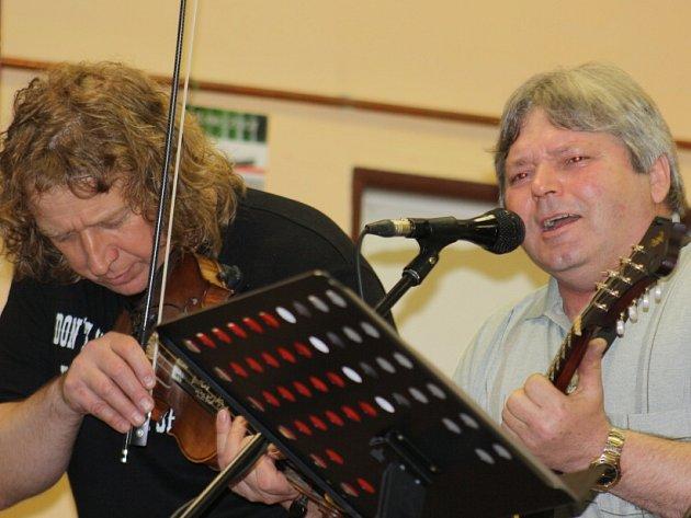 V Solnici pokřtí 27. června bluegrassová skupina Sem Tam album Návrat. Na snímku z Porty zleva kapelník Luboš Marek a mandolinista Josef Pospíšilík.