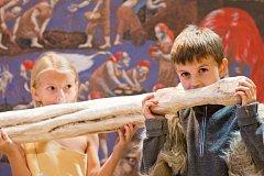Písecká Sladovna nabízí novou výstavu Stroj času. Děti přenese do pravěku, antického Říma, za Kelty, do středověku, renesance i 19. a 20. století. Výstava potrvá do 26. dubna 2015. Děti v pravěku.