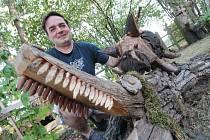 Každým rokem se rozrůstá dřevěný zvířenec, který má v Třeboni Petr Vitoň na zahradě naproti letní plovárně Ostende. Letos tento amatérský řezbář přidal krokodýla, divočáka, hada, motýla a květinu.